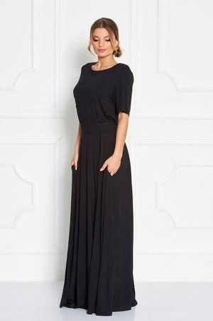 Teplákové šaty s krátkym rukávom, lodičkovým výstrihom v prednej časti, zadná časť v oblasti chrbtu odhalená, so zapínaním na gombík. K šatám je doladená látková  lambáda. V oblasti pásu, stiahnuté na  hrubú gumičku. Výnimočnosť šatám dodáva nielen zadná odhalená časť šiat, ale pre pohodlné nosenie v oblasti pásu sú našité vrecká. Vhodné na každodenné nosenie.