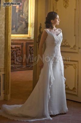 http://www.lemienozze.it/gallerie/foto-abiti-da-sposa/img13850.html Abito da sposa con spallina scivolata e che si apre sulla gonna