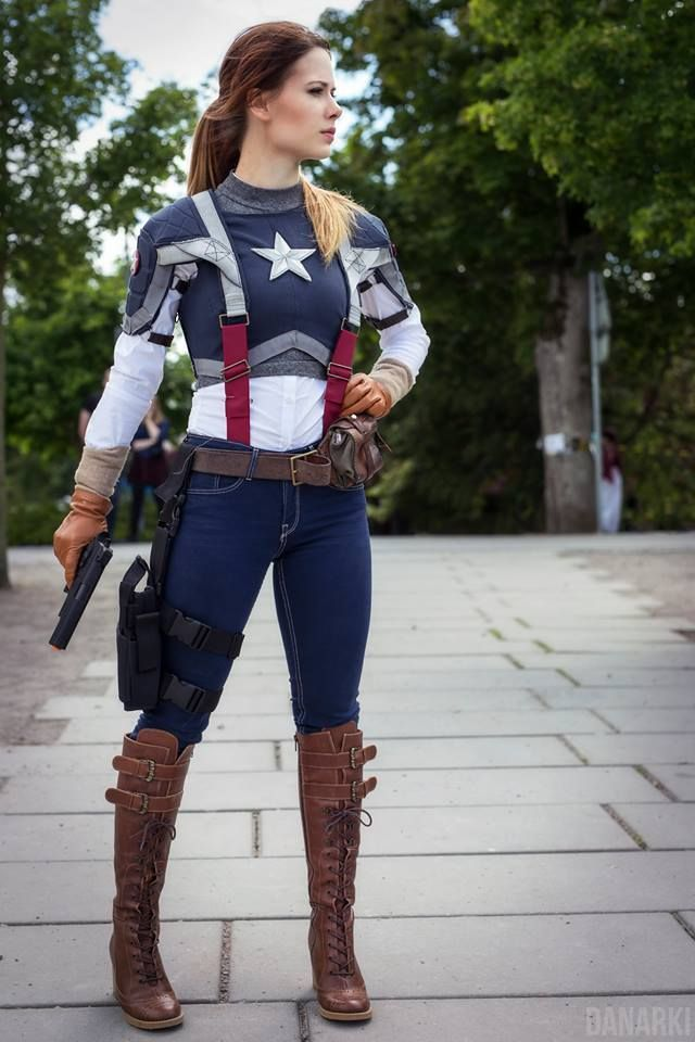 Captain America - Stiefel; Jeans; Waffenholster; weiße Bluse; graues, blaues, weißes, rotes Shirt; Waffe; Gürtel; Hosenträger