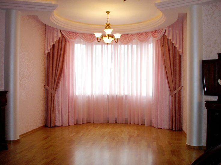 Спальня с эркером, обрамленным с двух сторон полуколоннами и, завершает композицию подвесной потолок со скрытым освещением (декоративным). Стены отделаны декоративным покрытием с объемным эффектом. На полу выложен штучный паркет.