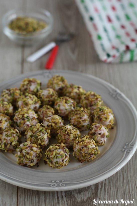 Palline di ricotta al pistacchio, deliziosi bocconcini morbidi alla ricotta e speck avvolti un una granella di pistacchi, una vera delizia