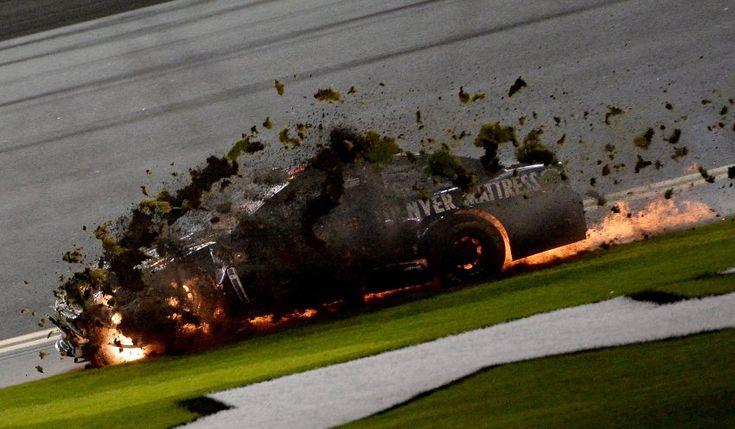 """Eigentlich sah alles ziemlich gut aus für Rennfahrer Martin Truex Junior. Beim Nascar-Sprintwettbewerb in Daytona Beach im US-Bundesstaat Florida hatte er sich bereits für den Finallauf qualifiziert, er wäre dank seiner Quali-Zeit von der ersten Reihe aus gestartet. Doch dann geriet sein Auto durch einen Unfall zweier Kontrahenten in Brand. Die Folge: Truex Junior muss von hinten ins Rennen gehen. Immerhin überstand er den Zwischenfall unverletzt, zufrieden war er dennoch nicht: """"Das stinkt!"""