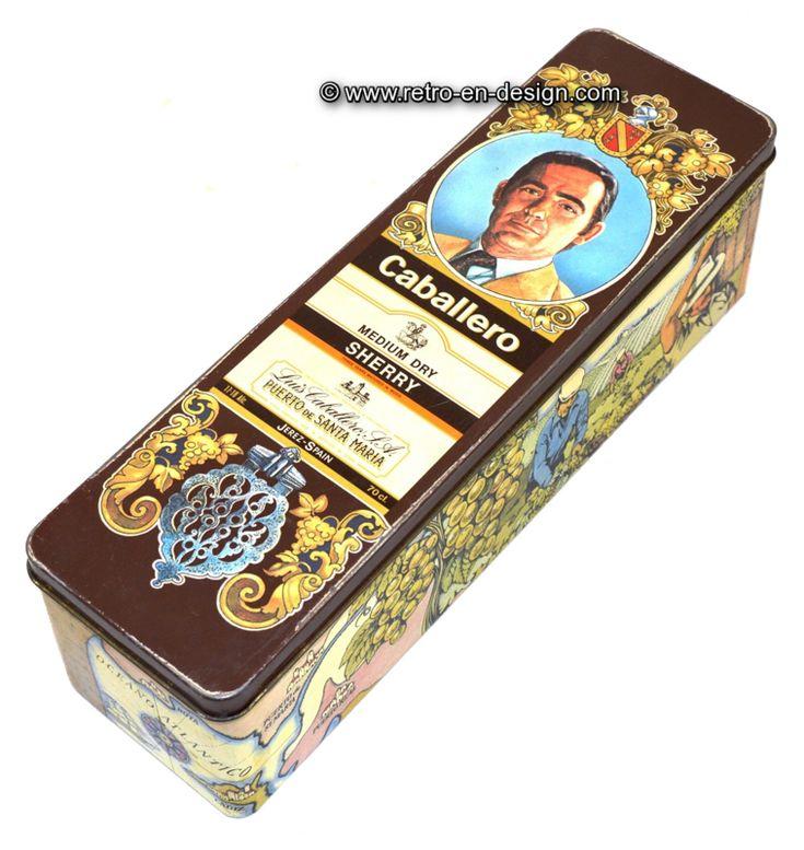 Vintage blik voor Caballero sherry Langwerpig blik met scharnierend deksel voor medium dry Sherry van het merk Caballero. Op de zijkanten van het blik staan afbeeldingen van de druivenoogst en de opslag van de Sherry in vaten.   Hoogte: 9,5 cm.  Lengte: 31,5 cm.  Breedte: 9 cm.  http://www.retro-en-design.nl/a-47045407/blikken/vintage-blik-voor-caballero-sherry/