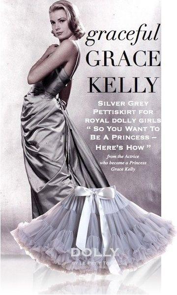 Sukně Dolly Petti Grace Kelly Nádherná dolly sukně inspirovaná vždy elegantní a půvabnou Grace Kelly. Stříbřitě šedá barva dává prostor pro kombinaci s velkou škálou barev. Ta nejjemnější petti sukně z hebkého nylonu, kterou si prostě musíte zamilovat. Bohatý objem a nařasení z vás udělá dokonalou dámu, saténový pas se stuhou se přizpůsobí díky regulační gumě. Doporučujeme kombinovat s jednoduchým, hladkým topem, tričkem, krátkým sáčkem, džínovou či koženou bundičkou, jako botky můžete…