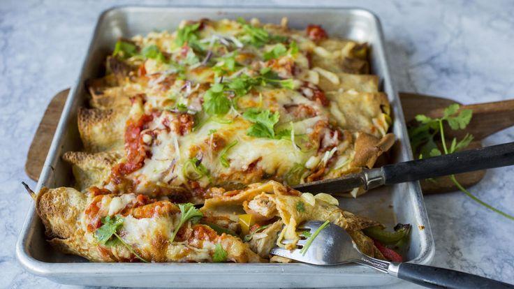 La deg inspirer av meksikanske enchiladas neste gang du skal ha pannekaker til middag! Fyll pannekakene med strimlet kylling med meksikanske krydder, paprika og løk - og gratiner dem i ovnen med salsa og revet ost.    Server pannekakene med guacamole, rømme og en frisk, grønn salat.    Oppskrift på pannekakerøre finner du her!    Og oppskrift på hjemmelaget guacamole finner du her!    Tips: Kylling kan erstattes med biff- eller svinekjøtt i strimler.