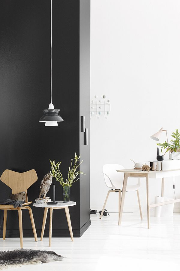 Musta tuntuu ja valkoinen valaisee, kokeile Black- ja Lumi-maalia yhdessä! #black #mustatuntuu #tikkurila #lumi #monochrome #sisustus #musta #wallpaint #white