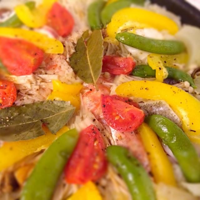 今日はブイヤベースセットの海鮮があったので色々入ってます。お野菜はパプリカ、トマト、玉ねぎ、えのき、スナップエンドウ。買い物行ったばかりなのでお野菜も豊富。 - 0件のもぐもぐ - 定番パエリア by flower5