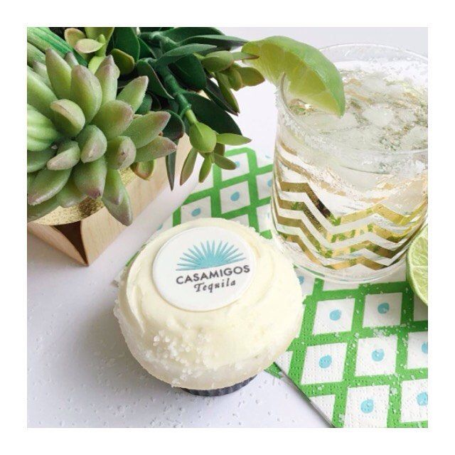 How many @sprinkles cupcakes and glasses of @casamigos tequila can we consume today? Were up for a challenge //Cuántos cupcakes de @sprinkles y cuántos vasos de tequila @casamigos podemos consumir hoy? Aceptamos el reto.  #topofmex #inmexico #mexico #luxury #travel #liveittobelieveit by topofmex