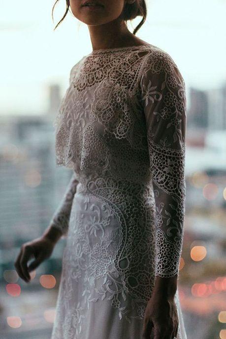 Une robe de mariée avec un top brodé à manches longues