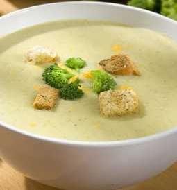 Una receta familiar, crema de brócoli con papa, cebolla y ajo, se sirve con queso desmenuzado.