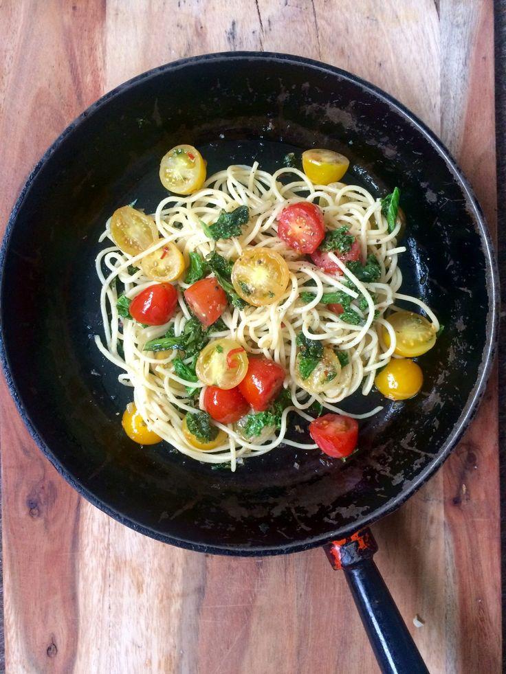 Spaghetti med grönkål, körsbärstomater, vitlök och chili | Systrarna Eisenman