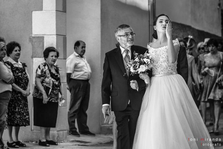 Llegada de la novia acompañada por el padrino a la Iglesia de Benilloba ante la curiosidad de sus vecinos.