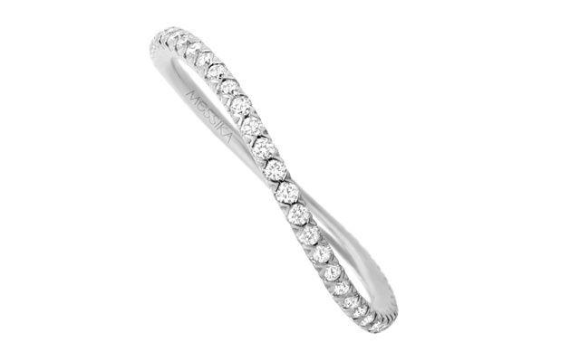 Symbole d'éternité, le traditionnel solitaire se mue en une pluie de diamants qui viennent se déposer en toute discrétion sur une fine alliance en or blanc. Un mince bandeau précieux à accumuler avec d'autres bagues de la même collection, pour rajouter ses propres souvenirs au bout des doigts.