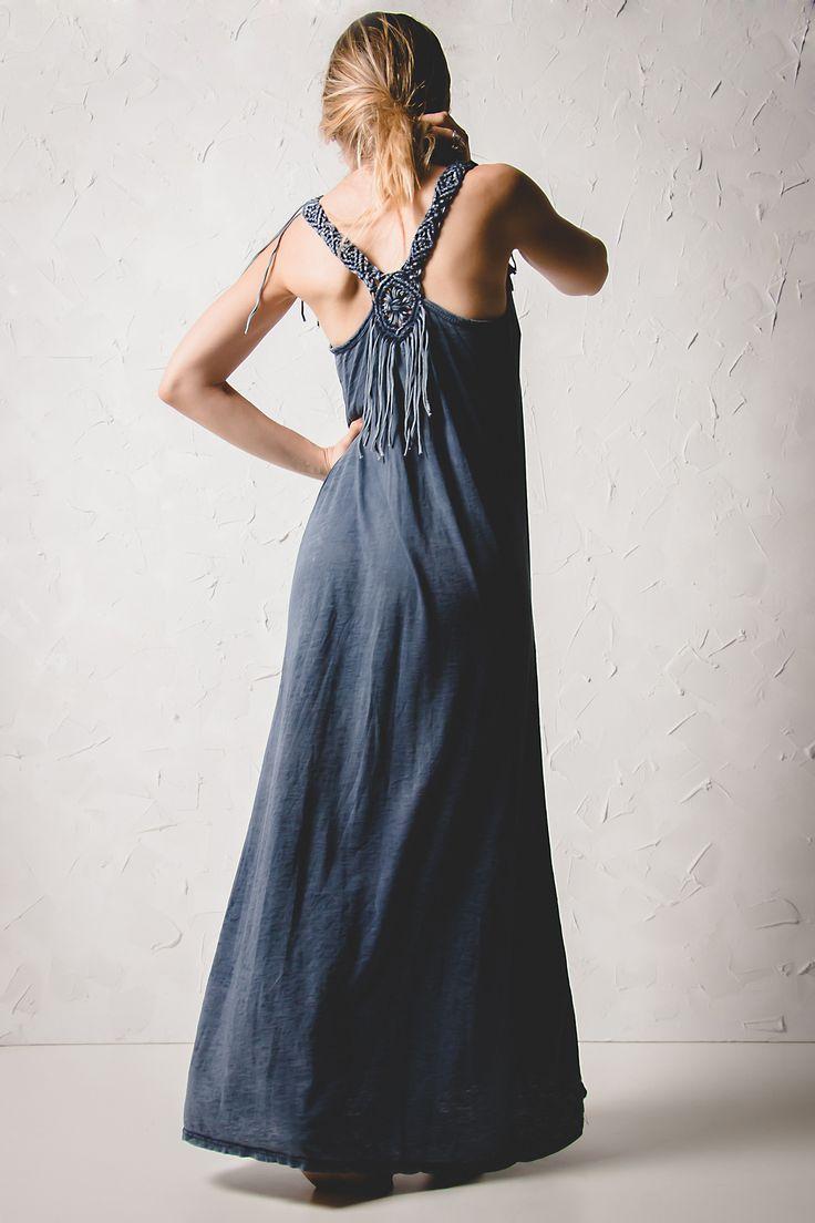 Blue Maxi Indie Back Dress Μακρύ βαμβακερό φόρεμα σε μπλε απόχρωση με χιαστί πλέξη και κρόσια στην πλάτη.