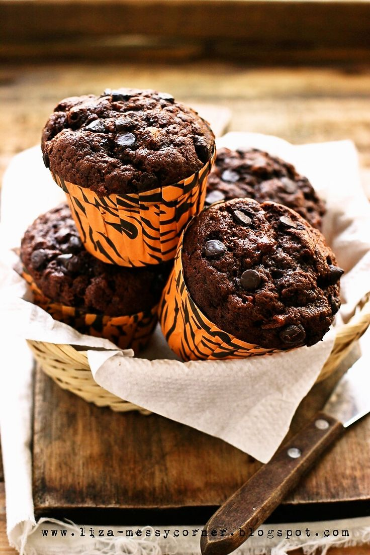 Quick post!     This oooh so good muffin is actually quite the same with my previous Banana Muffin with lemon glaze , I only add choc...