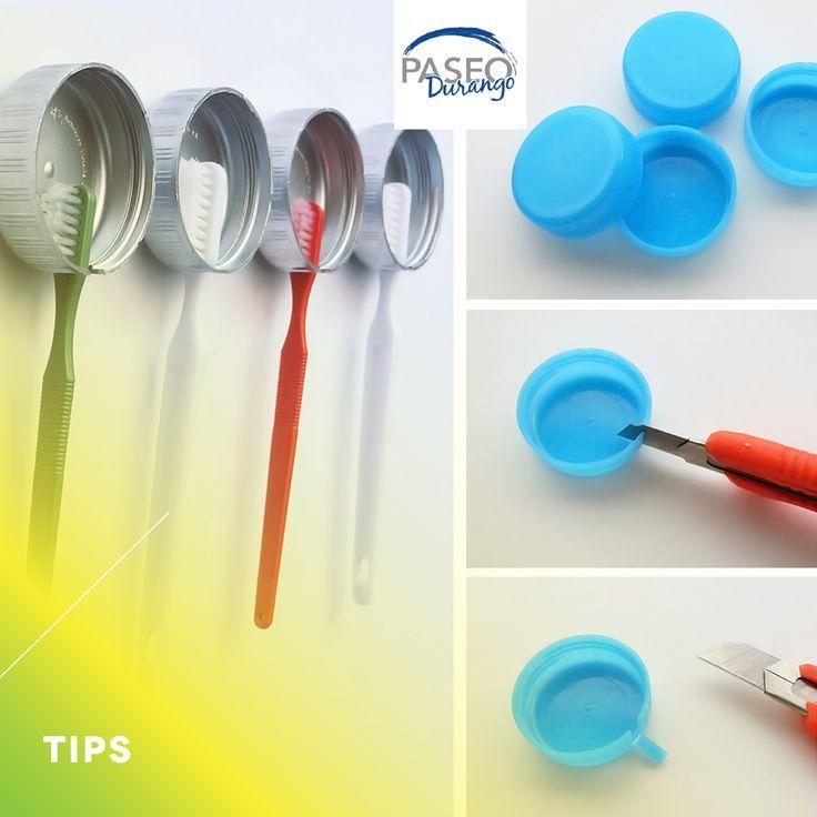 ¡No dejes en cualquier lado tu cepillo de dientes! Corta unas taparroscas con un exacto e instálalos en el muro de tu baño con cinta doble cara.
