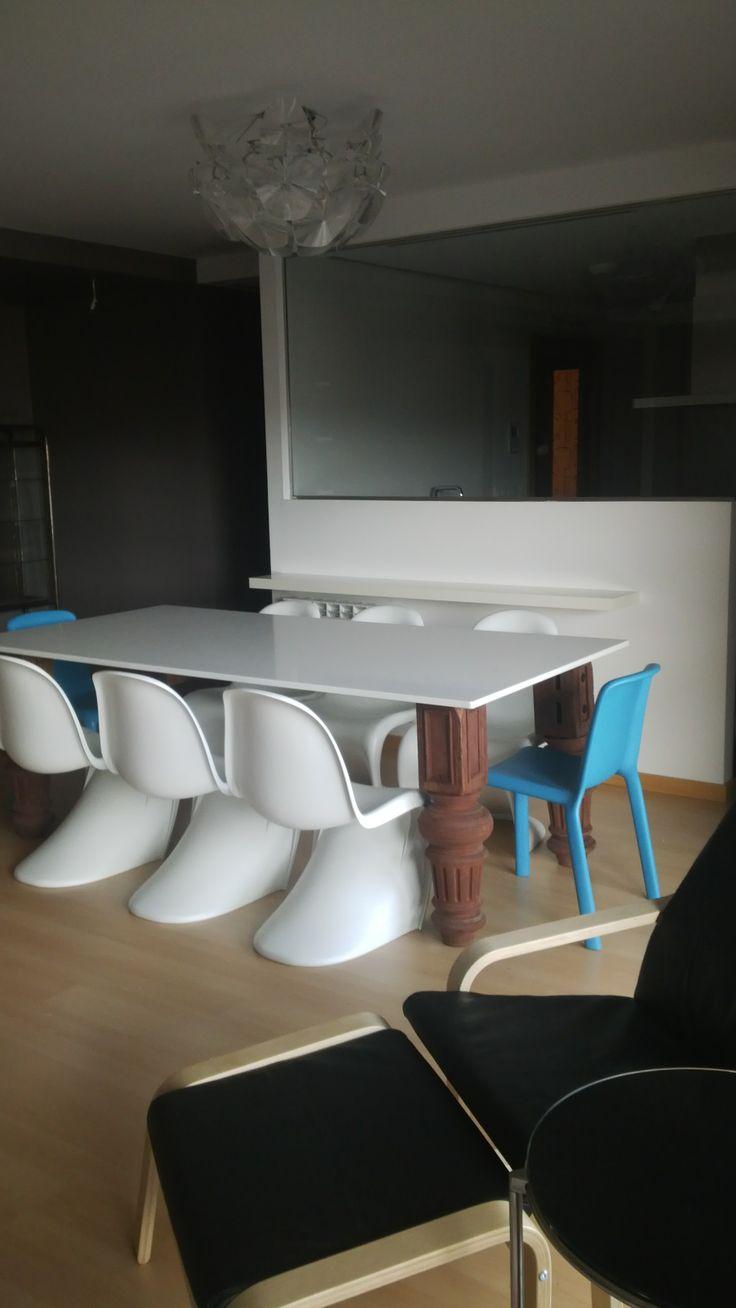Vista general de mesa diseño exclusivo que combina a la perfección con las sillas Panton.