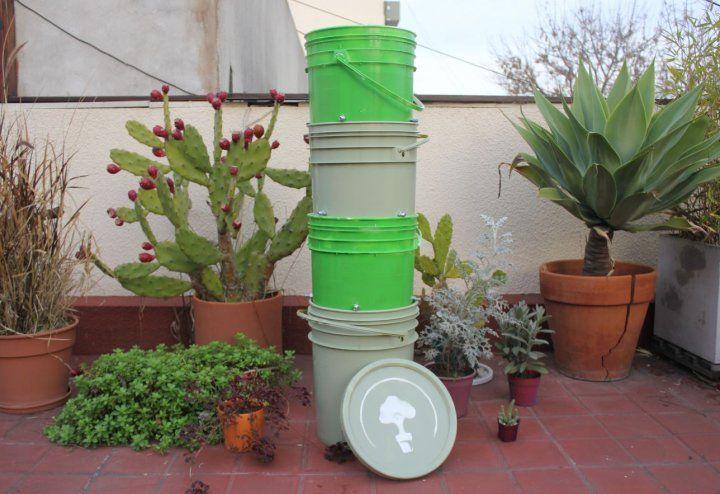 Converti tu basura en tierra.   Una compostera de Compostate bien es la mejor forma de reciclar tus residuos diarios de forma facil y rapida.  Las composteras vienen compuestas por cuatro tachos reciclados con una tapa. Esto permite que el sistema sea de ciclo continuo, lo que te ayude a generar compost constantemente. En su interior ya viene preparado el núcleo de lombrices listo para comenzar a compostar.