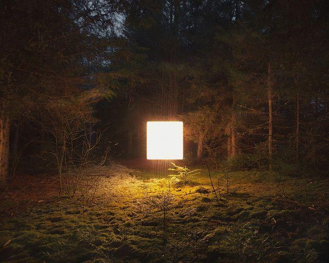 Benoit Paillé photographie des paysages la nuit éclairés uniquements par un carré de lumière d'1m de coté situé au centre.