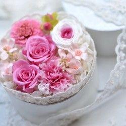 *プリザーブドフラワー*              花の周りをレースで囲み、かわいい♪フラワーボックスに仕上げました。丸くて小さいフラワーボックスだからこそレースが似合い、花を一層引き立てています。誕生日プレゼントやお祝いの贈り物などに喜ばれるお品です。白い文字入りのワックスペーパーで包装しリボンをお付けします。<使用花材> プリザーブドフラワー/バラ、カーネーション、ダリア、ブルースター、アジサイ、 モリソニア 他/ヒペリカム 直径約10.5㎝×高さ約8.5㎝※商品にキャンドル、下敷きのレースは含まれません。<備考欄でお知らせください>・お届け日時のご指定がある方 ※発送までの目安をご覧ください。・お届け先ご住所がご購入者様と違う方 ご依頼主さまの郵便番号・ご住所・お名前・電話番号のご記入をお願いいたしま す。(配送伝票にご依頼主さまのお名前を記入し発送させていただきます。)・メッセージカードの必要な方 無料でご用意致します。 メッセージのある方は代筆致します。<ご購入の際の注意点>※プリザーブドフラワー...