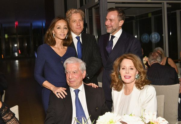 Isabel Preysler, Michael Smith, Mario Vargas Llosa, James Costos and Maria Hummer-Tuttle attend the Getty Medal Dinner 2017 at The Morgan Library & Museum on November 13, 2017 in New York City. - Getty Medal Dinner 2017