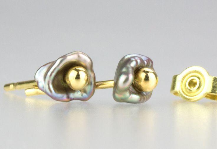 Gold Ohrstecker - Keshi Perlen Stecker grau mit 750 Gelbgold - ein Designerstück von Patricia-Haendel bei DaWanda