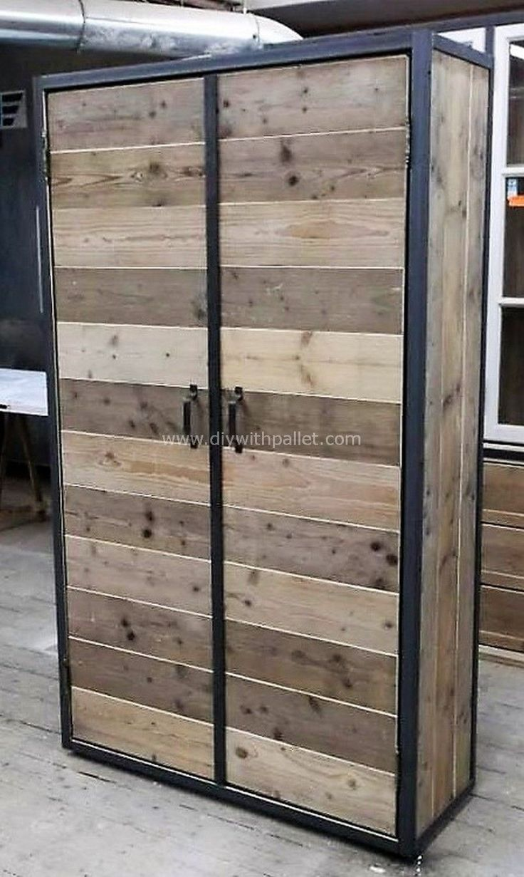 Grab out this inspirational wood pallet closet idea shown below in the picture. This fantastic decoration of the pallet wood is all crafted here for you. The recycled wood pallet closet idea will make you feel wow at the first look.