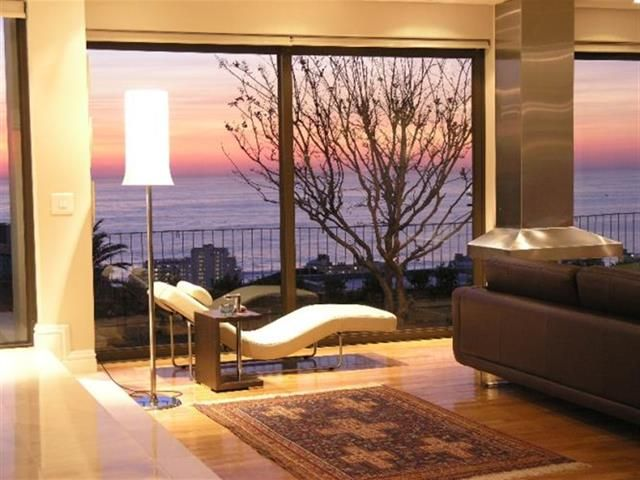 6 bedroom House for rent in Fresnaye from R8 500 per day. This is a large multi level designer home with spectacular views of the Atlantic Ocean, Robben Island and the mountains.