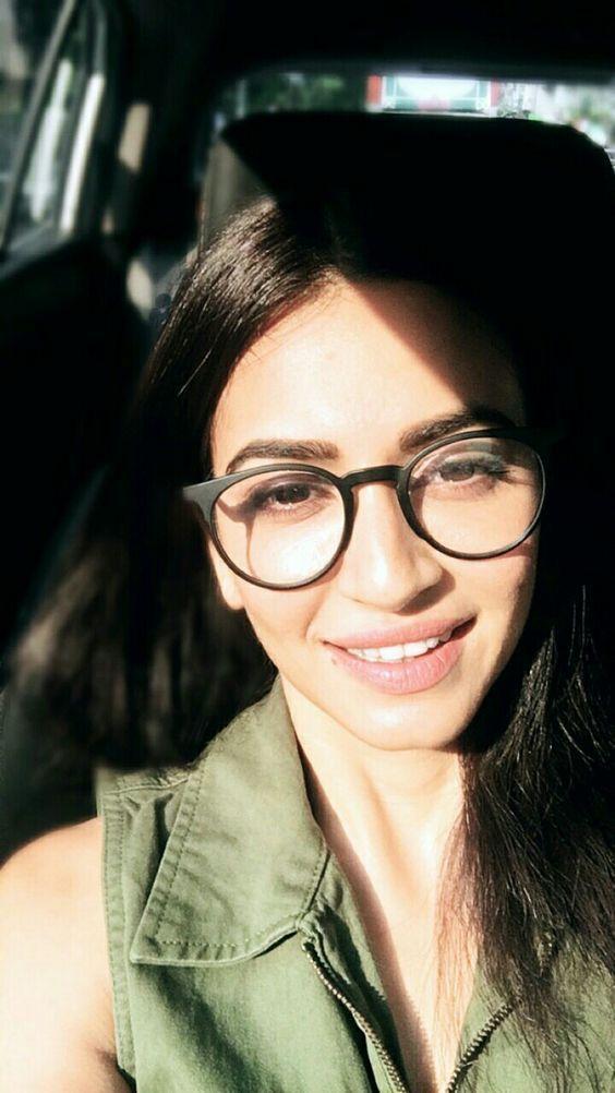 Kriti Kharbandas No Makeup Pics Reflect Her Perfect Dewy