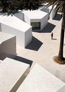 Las construcciones existentes alojan los contenidos museísticos y las nuevas las oficinas, cafetería y servicios.