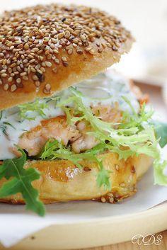 Hamburger de saumon, sauce yaourt à l'aneth