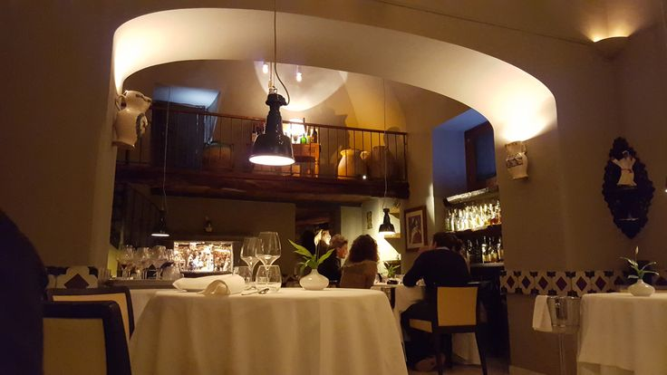 Questo è un di quei luoghi in cui rilassarsi a fine giornata, in un'atmosfera intima e ricercata a gustare le specialità della cucina mediterranea. Accogliere con calore, coccolare l'ospite, fare in modo che da subito questo percepisca tutta la passione e la qualità dei cibi… e poi meravigliare, raccontare una storia, regalare un'esperienza di benessere reale. Ecco, all'osteria Nonna Rosa la luce fa esattamente questo! http://cannatafactory.com/osteria-nonna-rosa-vico-equense-na/#top