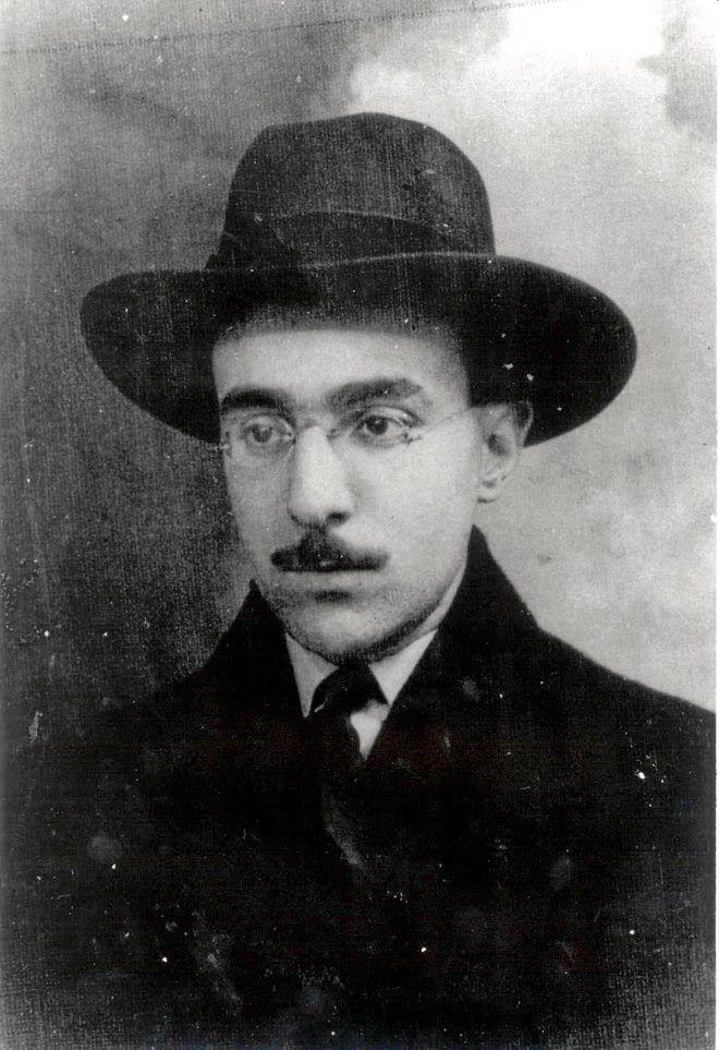 Aquel hombre de usos y hechuras presuntamente normales, gafas de montura fina, bigote delgado tirando a inglés, nariz fuerte y tabaco negro está catalogado como uno de los escritor