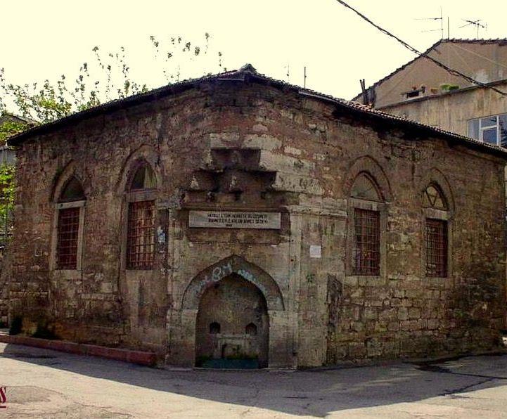 Ali Fakıh sıbyan mektebi/Yedikule/İstanbul/// Yapı hemen hemen bir kat yüksekliğinde dolgu olduğu tahmin edilen bir kat üzerine tek katlı olarak inşa edilmiştir. Önünde bir ucundan çeşmeyle sınırlanan bir bahçe bulunmaktadır. Mektep binasının karşısında köşede Ali Fakih Camii bulunur.
