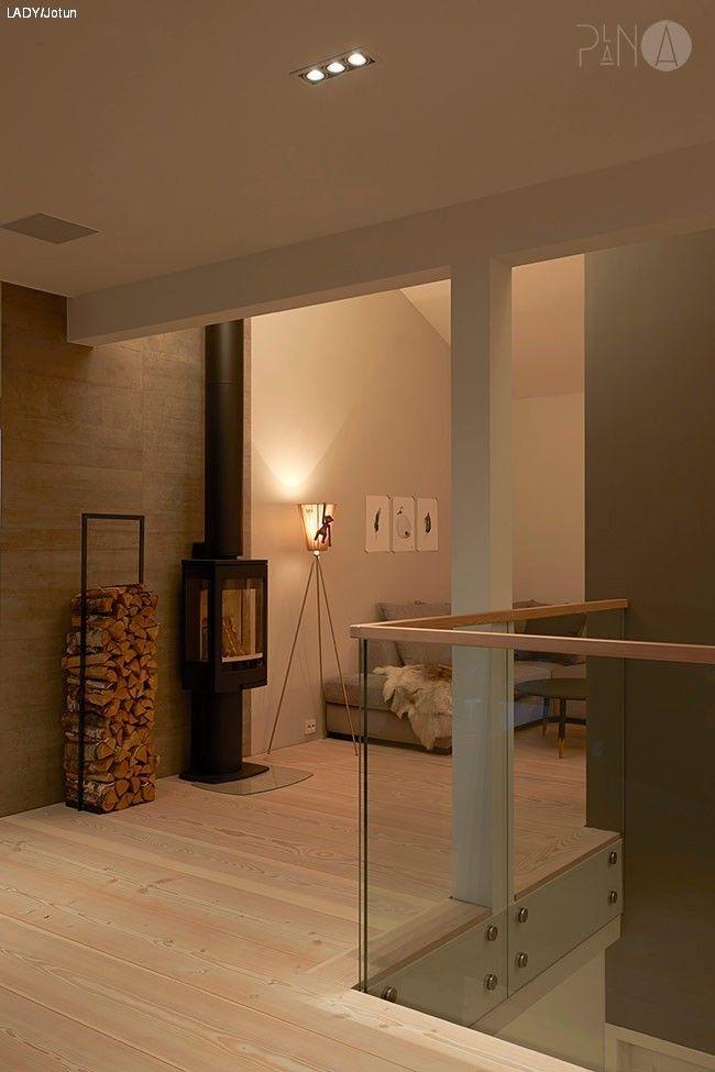 I denne nybygde villaen i Sandefjord får arkitekturen spille hovedrollen og de arkitektoniske formene fremheves med nyanser av varme gråfarger.