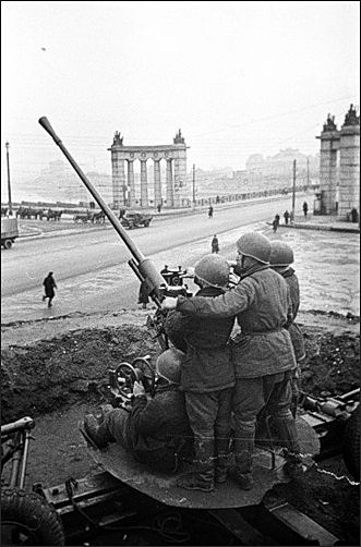Defence of Moscow. Anti-aircraft machine gun on the streets of Moscow. Kiev railway station in Moscow. 1941