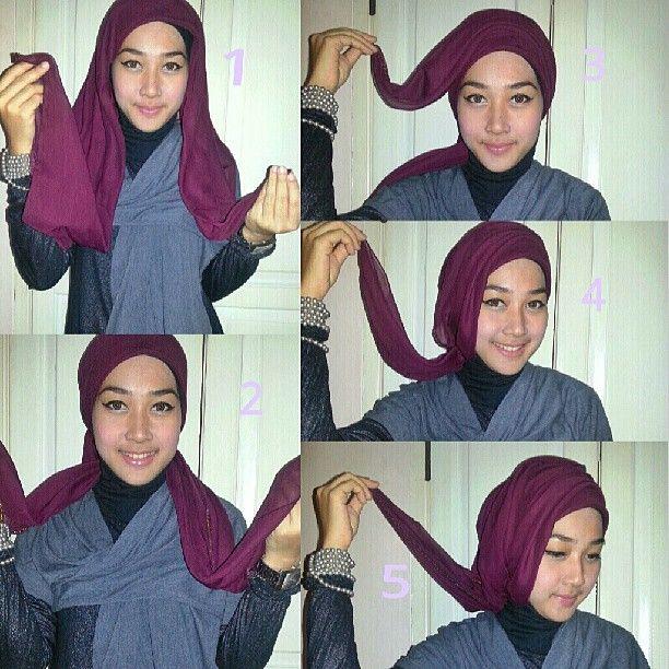 1. pakai krudung paris segiempat,biarkan panjang sebelah 2. Silang dibelakang 3. Tarik 1 sisi ke arah berlawanan,pentul,biarkan sedikit loose/kendur 4. Tarik sisi 1nya lagi cukup sampai ubun2saja,pentul. 5. Sisa 1 sisi,bawa lagi ke atas,pentul.  Note: biarkan smuanya sedikit loose jgn terlalu ketat.  #AKIAhijabtutorial #followAKIA #hijabtutorial #stepbystep cc : @akiaofficial