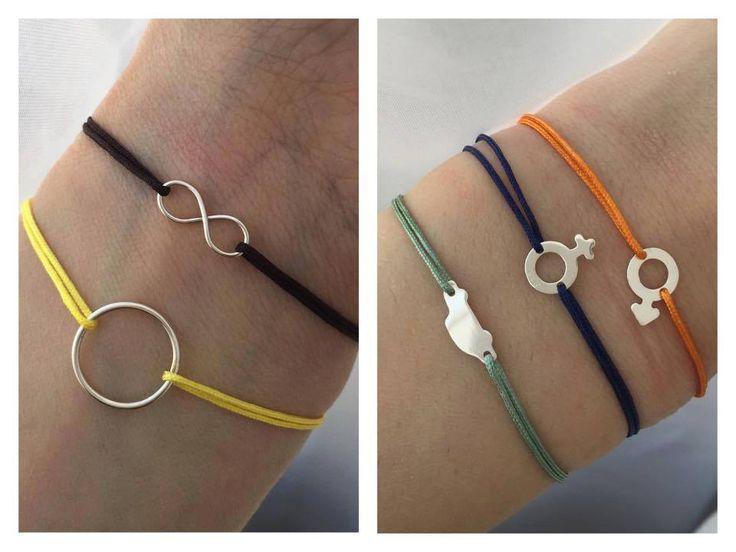 Bratarile colorate cu diferite simboluri sunt ideale pentru a le oferi cadou!