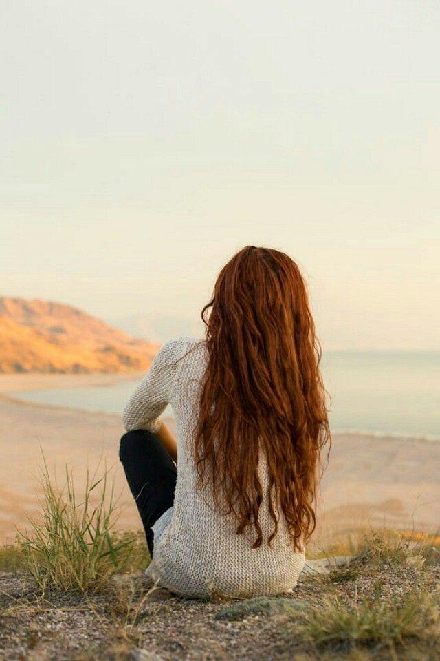 Картинка рыжей девушки со спины