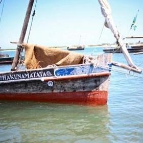Yoga reis  Het tropische eiland Lamu, uitgeroepen tot werelderfgoed, voor de kust  van Kenia is bekend om haar bijzondere architectuur, beroemdheden die  relaxed mengen met de locals, het serene strand, en de Swahili cultuur  die overal zichtbaar en voelbaar is. Hier heeft de Nederlandse Monika  Fauth een zeer sfeervol guesthouse opgezet waar je het hele jaar aan de  azuurblauwe zee terecht kunt voor yogaweken en wellnessbehandelingen.