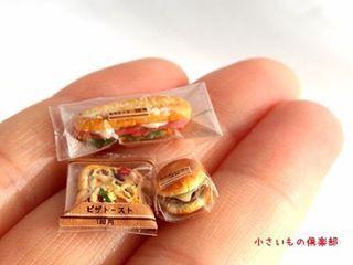 冷蔵系のコンビニパン、出来ました~!✨ ようやく陳列棚に並べられる! 本物ぽく見えてたらいいな!  #miniature #miniaturefood  #ミニチュアフード #ミニチュア  #ミニチュアアート展2016  #コンビニパン  #チーズバーガー #カスクート #ピザトースト  #パッケージが光っちゃう #指先にコンビニパン