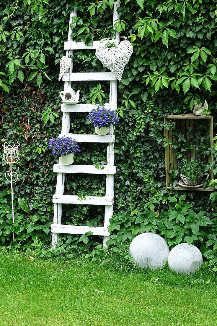 Lieblich & verspielt kommt diese hübsche Leiter mit Dekoelementen und Pflanzen …