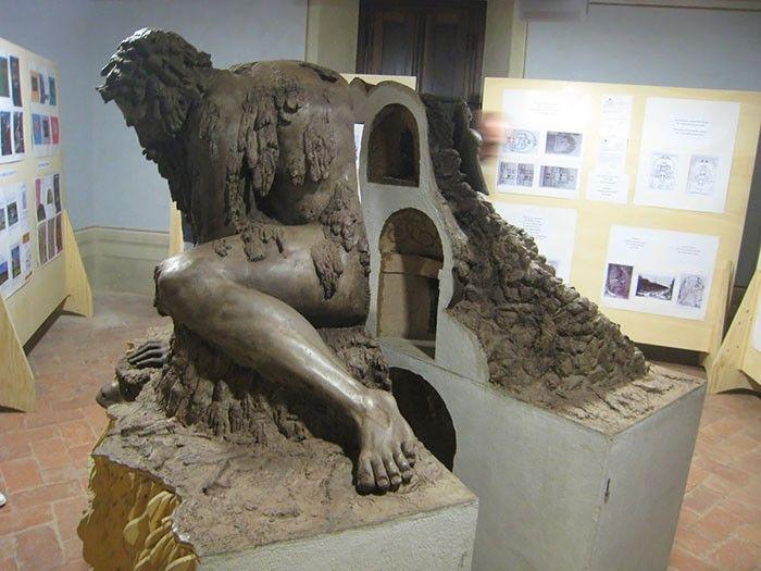 Внутри статуи скрыто несколько комнат, которые можно использовать по назначению. Левая рука колосса поддерживает поток воды, который берёт начало под землёй; по слухам, помещение внутри головы было отведено под каминную. При разжигании огня ноздри гиганта должны были выпускать дым.