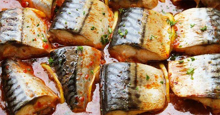 Salvează această rețetă pentru duminică, când se mănâncă pește! E delicioasă! Macrou cu lămâie în sos de roșii la cuptor! Macroul e plin de vitamine! Rețeta pas cu pas, aici: Salvează rețeta asta pentru zilele în care e dezlegare la pește! Macrou cu lămâie în sos de roșii la cuptor- gustos, sănătos