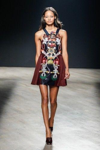 Τα μίνι φορέματα με κεντημένες λεπτομέρειες δεν έλεψαν από το show δίνοντας ένα νεανικό αέρα σε όλη τη συλλογή. #mary #katrantzou #lfw #aw