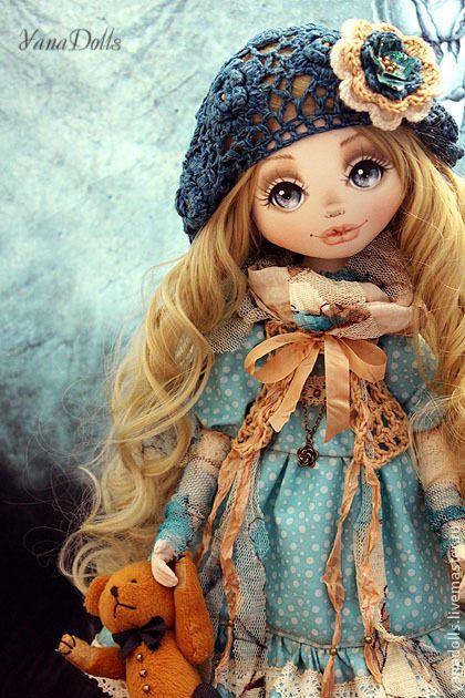 Laura. Laura, 46 см. Текстильная куколка. Стоит на подставке, сидит с опорой. Ручки гнутся, волосы можно укладывать и аккуратно расчесывать.  Головушка наклоняется вправо-влево. Одета Laura в длинное хлопковое платье с рюшами и кружевами.