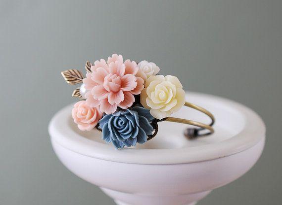Boda Cuff Bracelet. Nupcial pulsera, polvo rosa flores de color azul oscuro marfil Collage.  Ramillete de la muñeca, pulsera de las damas de honor,