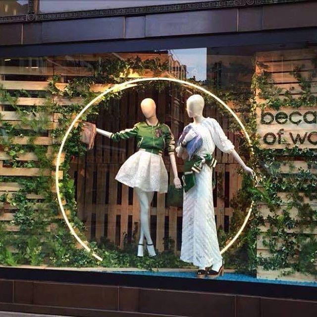 Selfridges #Londen heeft een thema 'Because of Wood' gebruikt in de opmaak van de mannequins van Hans Boodt. #Retail #trend #groen