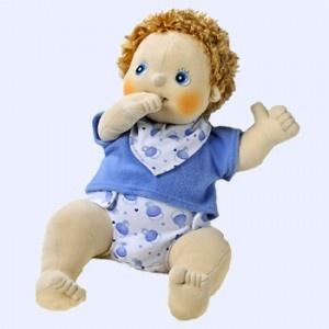 Rubens Barn handgemaakte stoffen #baby pop Erik.  Kleertjes kunnen uit.  Pop en kleertjes zijn uitwasbaar in de wasmachine. #speelgoed