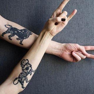 Siluetas de león llenas de flores o figuras lindas. | 15 Bonitos tatuajes de leones y tigres que querrás ahora mismo